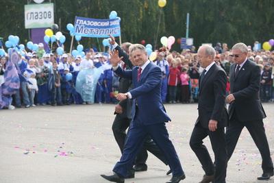 Президент Волков проходит по площади Свободы